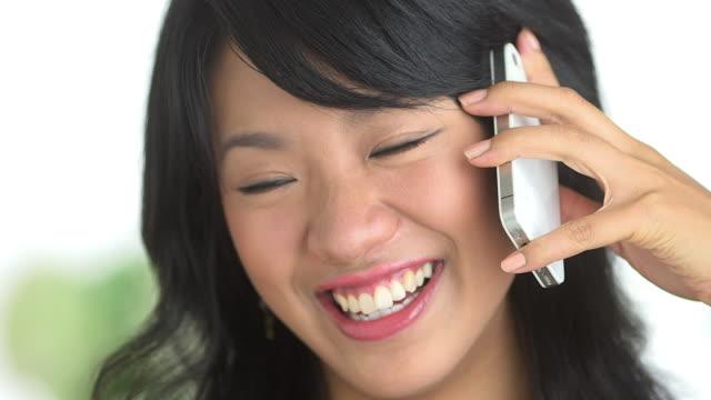 stockvideo's en b-roll-footage met close up of woman laughing and talking on phone - natuurlijk haar