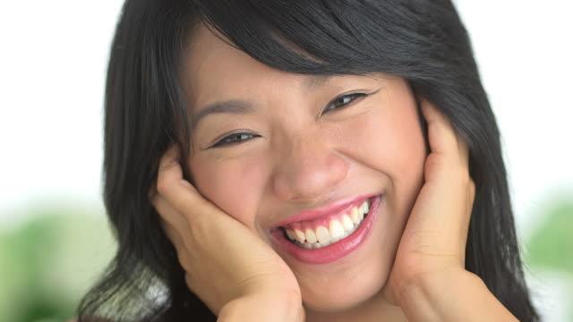 stockvideo's en b-roll-footage met close up of woman laughing - natuurlijk haar