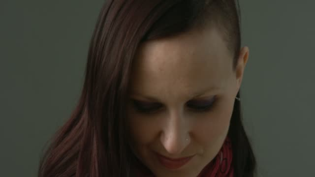 vídeos de stock, filmes e b-roll de close up of woman looking into the camera - sombra roxa