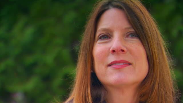 vídeos de stock, filmes e b-roll de close up of woman looking - olhos verdes