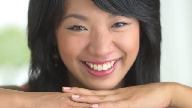 stockvideo's en b-roll-footage met close up of woman smiling - natuurlijk haar
