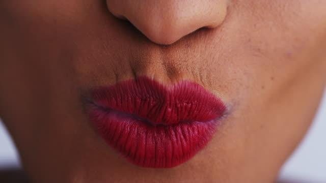 vidéos et rushes de close up of woman smiling - lèvres
