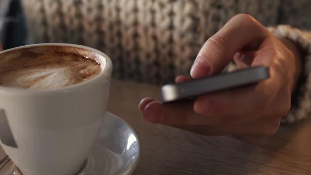 vidéos et rushes de gros plan de femme à l'aide de téléphone intelligent et en tapant le message texte sur pause café. - bring your own device