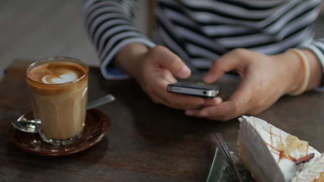 Close up of woman using smartphone at coffee shop , 4k(UHD)