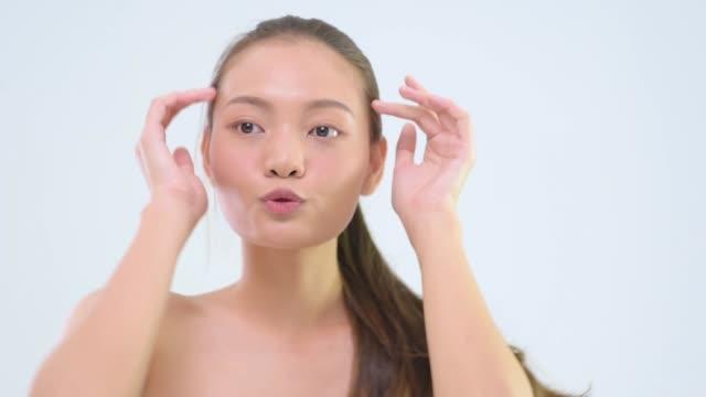 vídeos de stock e filmes b-roll de close up of woman with glowing skin making facial expressions - povo tailandês