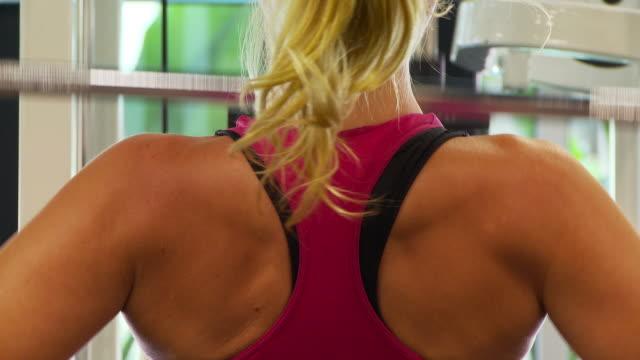 vídeos de stock e filmes b-roll de close up of woman working out lifting weights - musculado