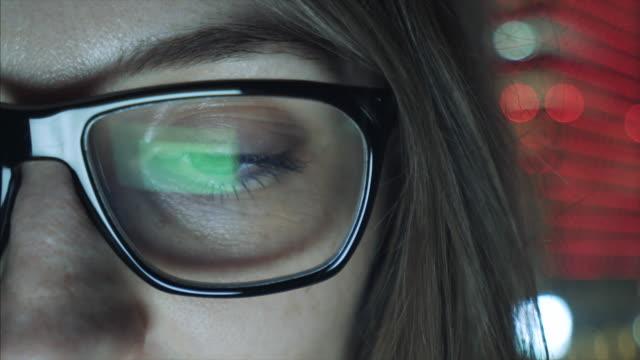 Nahaufnahme des Weibes Auge, Blick auf den Computermonitor.