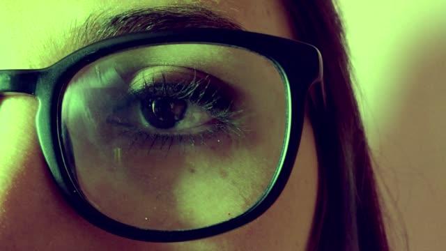 Gros plan des yeux de femme regardant