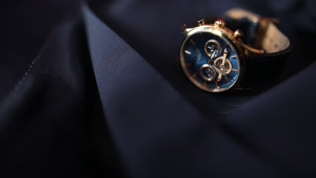 nahaufnahme der armbanduhr auf anzug - anzug stock-videos und b-roll-filmmaterial