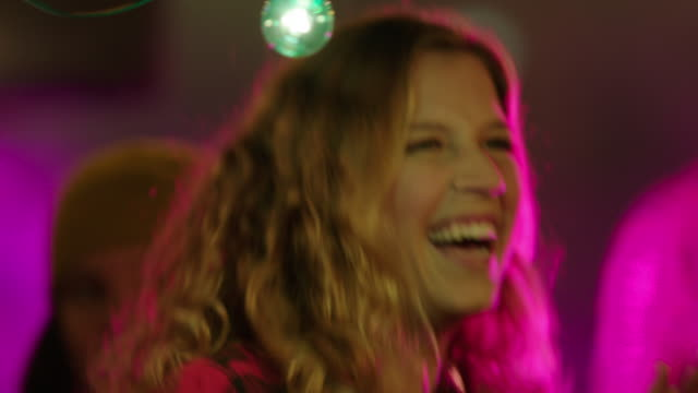 close up of young adults dancing to concert - langes haar stock-videos und b-roll-filmmaterial