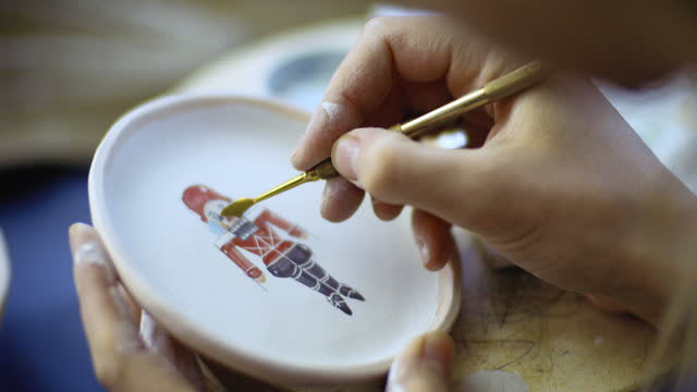 vidéos et rushes de fermez-vous vers le haut de la jeune femme faisant des céramiques de noël dans son atelier de poterie, concept de petite entreprise - atelier d'artisan