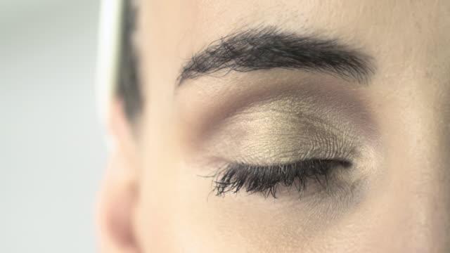 close up of young woman opening eyes - augen geschlossen stock-videos und b-roll-filmmaterial