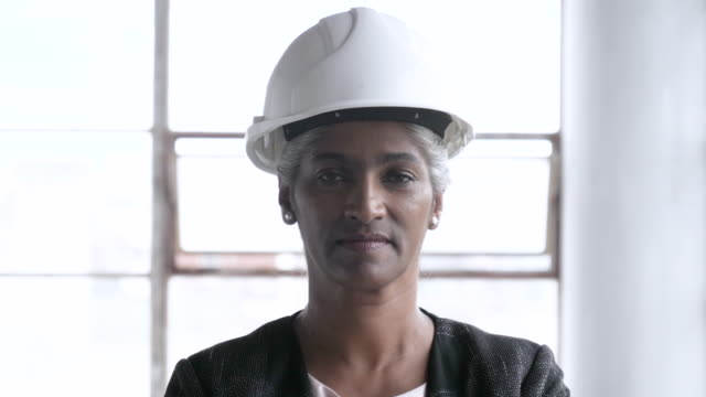 close up, older african american architect with hard hat - bauarbeiterhelm stock-videos und b-roll-filmmaterial