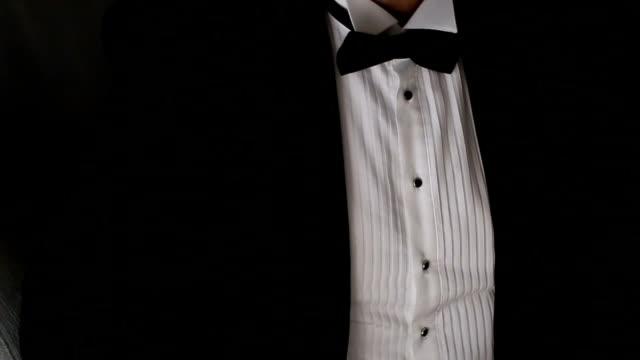 Close-up op een man in smoking pak en strikje