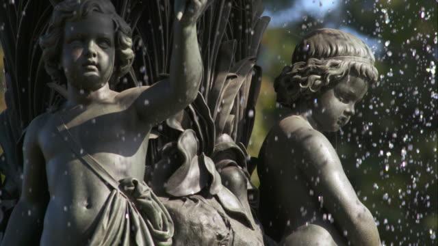 vídeos de stock e filmes b-roll de close up on features of bethesda fountain in central park - fonte bethesda