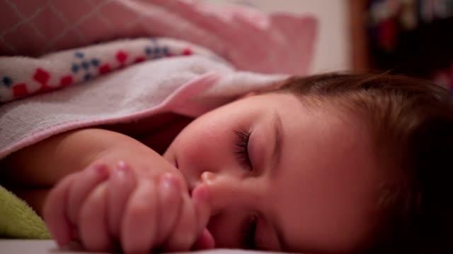 vídeos de stock, filmes e b-roll de close-up na menina dormindo - 2 3 anos