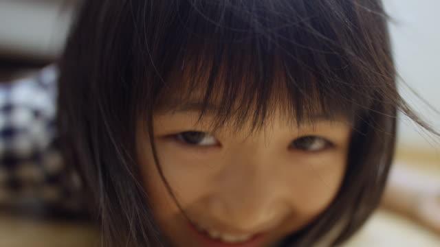 少女の顔にクローズ アップ - 笑顔点の映像素材/bロール