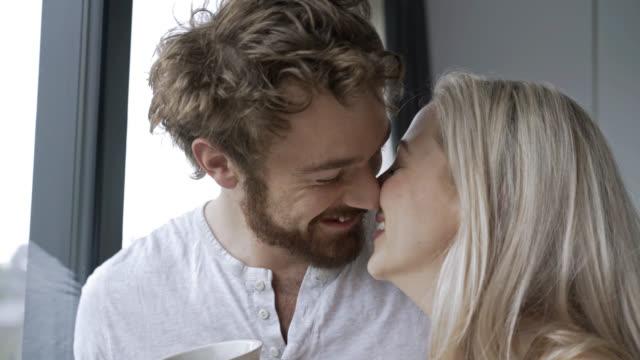 Gros plan sur le couple d'amoureux parler et embrasser