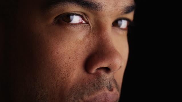 vídeos y material grabado en eventos de stock de close up on man's face - un solo hombre de mediana edad