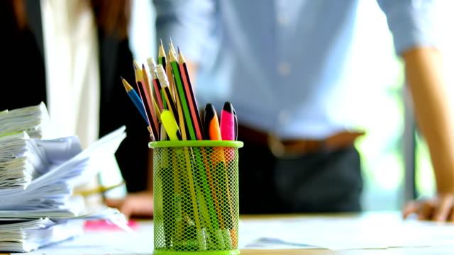Stiftebox auf Business-Tabelle hautnah