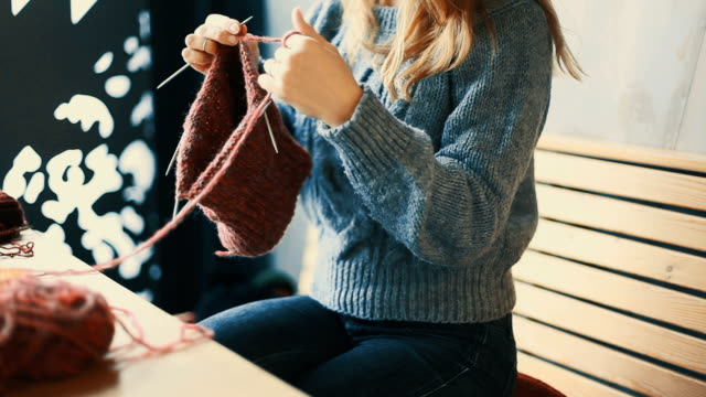 女性の手編みにクローズアップ - キャンペーンバッジ点の映像素材/bロール