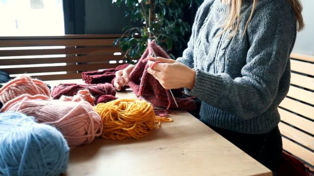 女性の手編みのクローズアップ - キャンペーンバッジ点の映像素材/bロール