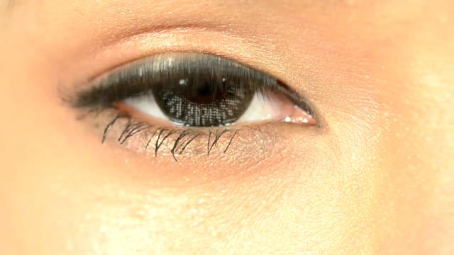 vídeos de stock, filmes e b-roll de close-up do olho aberto foto macro - íris olho