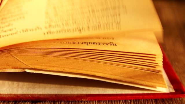 vídeos de stock, filmes e b-roll de feche o livro antigo aberto - old book