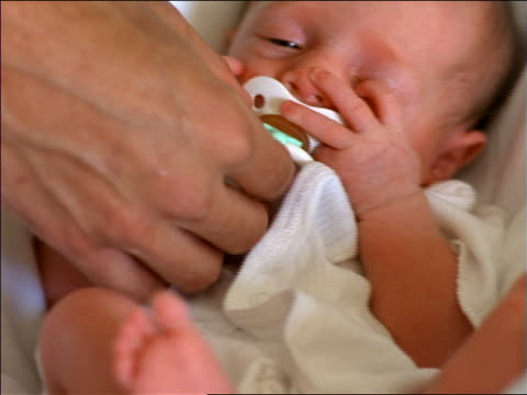 vídeos de stock, filmes e b-roll de close up pacifier falling out of newborn baby's mouth / baby screaming + crying - bico