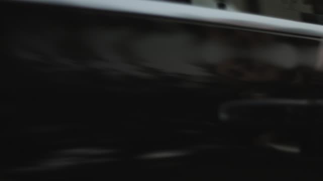 vidéos et rushes de close up, pair of coworkers get into back of car - limousine voiture