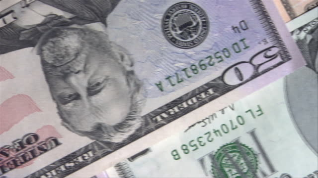 close up pan across american paper currency - 5ドル米国紙幣点の映像素材/bロール