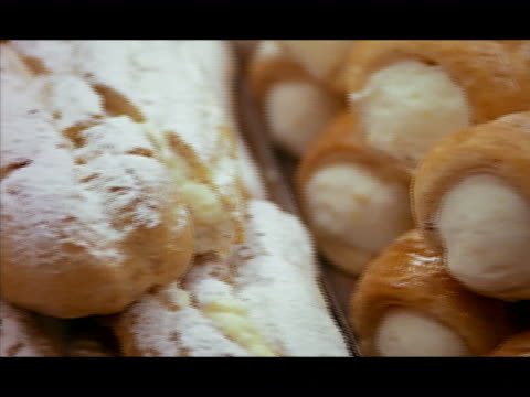 stockvideo's en b-roll-footage met close up pan cannolis and other italian pastries on display - zoet voedsel