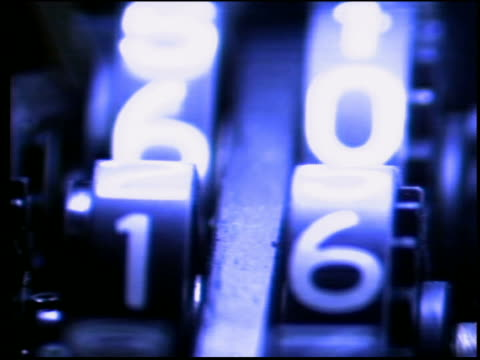 vídeos de stock, filmes e b-roll de close up pan numbers turning on gauge - calibre