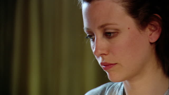 stockvideo's en b-roll-footage met close up pan tilt down woman using laptop computer - flexplekken