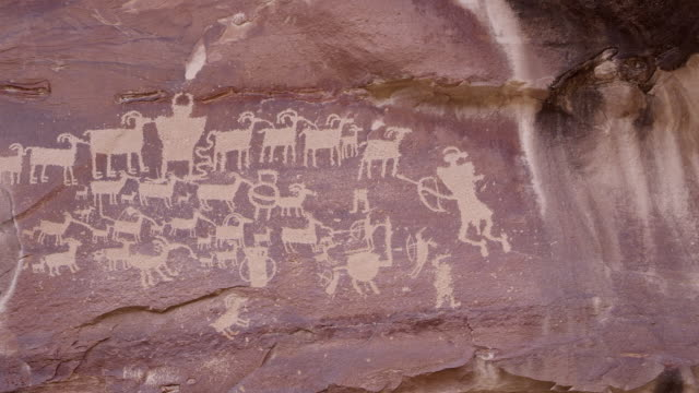 vídeos de stock, filmes e b-roll de close up panning view of the great hunt panel petroglyphs - anasazi