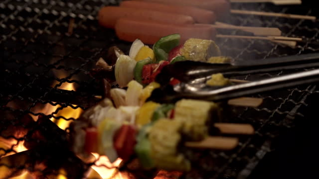 close up party of grilling delicious sweet corn - cucina vegetariana video stock e b–roll