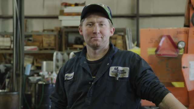vidéos et rushes de close up portrait of confident mechanic in garage / aurora, utah, united states - casquette