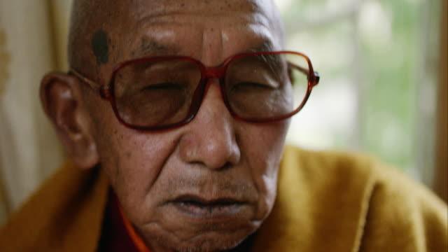 vídeos y material grabado en eventos de stock de close up portrait of elderly buddhist monk - budismo