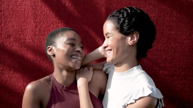 vidéos et rushes de close up, portrait of multi ethnic friends - habillement