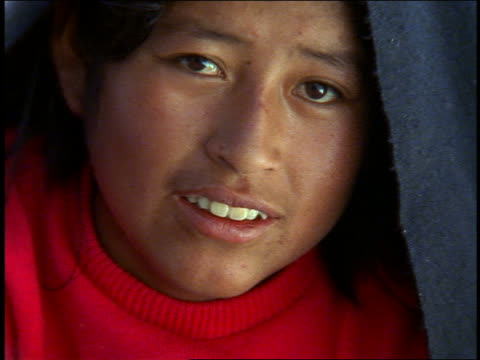 vídeos de stock e filmes b-roll de close up portrait woman with red sweater + black shawl smiling / isla taquile, lake titicaca - só uma menina adolescente