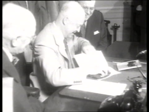 vídeos y material grabado en eventos de stock de close up president eisenhower signing papers / 1950's / no sound - only mature men