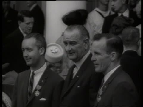 b/w close up president johnson with gemini astronauts / ed white jim mcdivitt 1960's / sound - ed white astronaut bildbanksvideor och videomaterial från bakom kulisserna