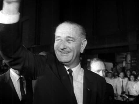 stockvideo's en b-roll-footage met b/w 1964 close up president lyndon johnson smiling waving at democratic national convention - 1964