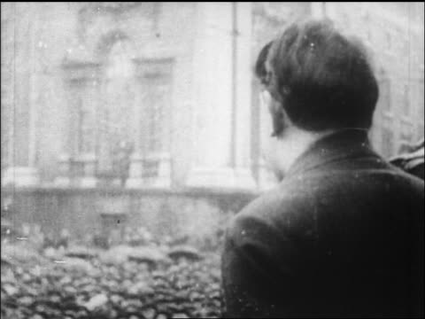 vídeos de stock e filmes b-roll de b/w 1919 close up profile irish rebellion leader michael collins speaking at rally / newsreel - 1919