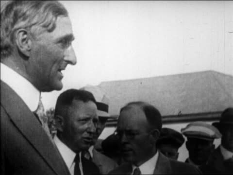 close up profile man talking to people after earthquake / santa barbara - anno 1925 video stock e b–roll