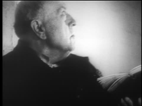 b/w 1940 close up profile middle aged man looking up in subway station / london blitz / educ - 中年の男性一人点の映像素材/bロール