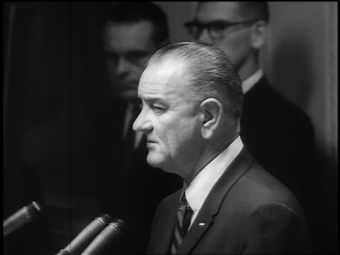 vidéos et rushes de b/w 1965 close up profile president lyndon b johnson giving speech about commitment to vietnam - 1965