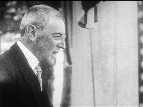 vídeos y material grabado en eventos de stock de b/w 1912 close up profile woodrow wilson speaking at political rally / documentary - woodrow wilson