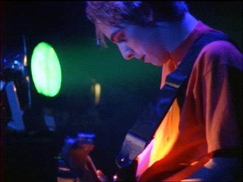 vídeos y material grabado en eventos de stock de close up profile young man playing guitar - rock moderno
