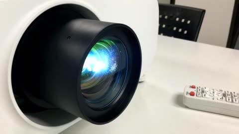 vídeos y material grabado en eventos de stock de lente y luz del proyector de primer plano - pantalla de cristal líquido